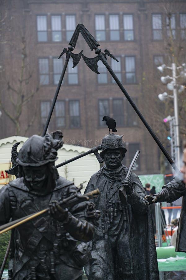 Amsterdam Rembrandtplein el cuadrado con sus estatuas imagenes de archivo