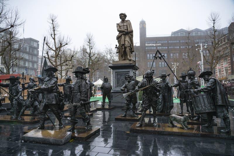 Amsterdam Rembrandtplein het vierkant met zijn standbeelden stock foto