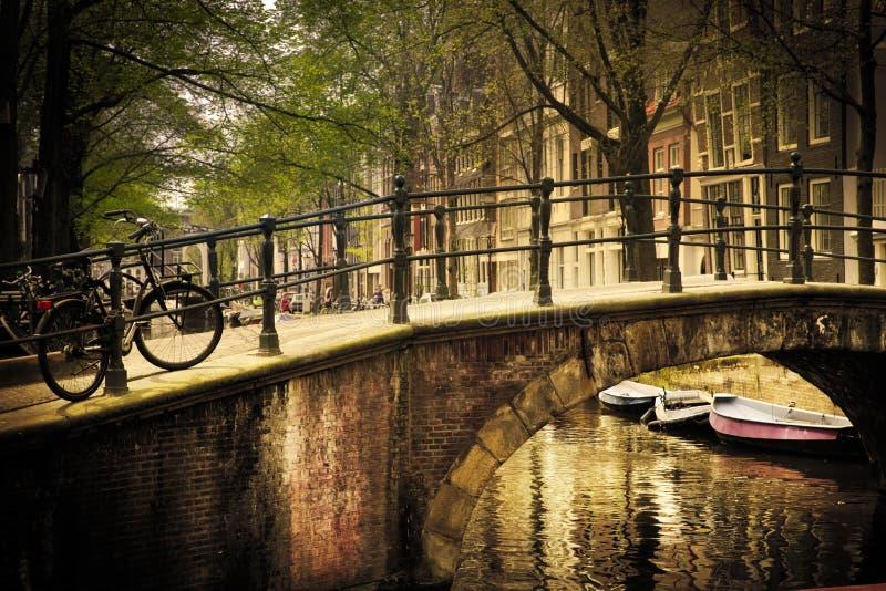 amsterdam romantyczny bridżowy obrazy stock