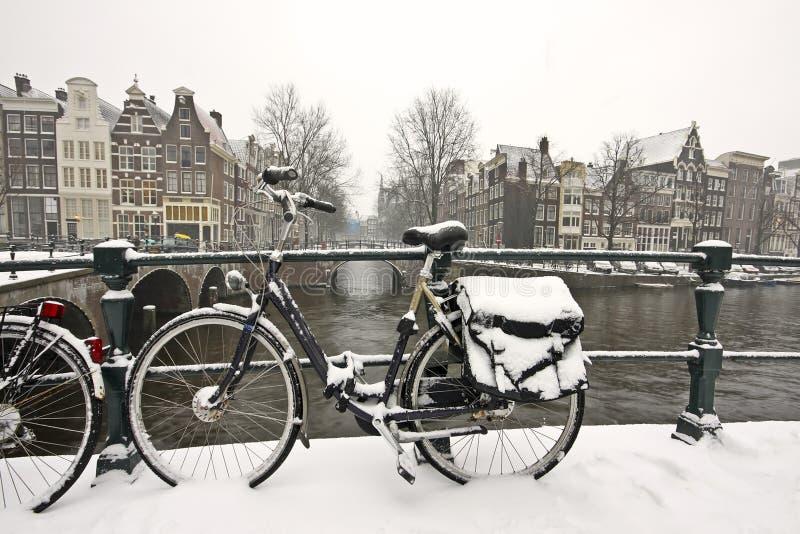 amsterdam roweru holandie śnieżne zdjęcie royalty free