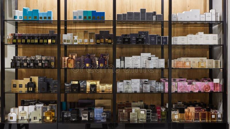 Amsterdam Schiphol lotnisko, holandie - Marzec 27, 2018: Różnorodny gatunków kosmetyków butików sklep w zakupy centrum handlowym zdjęcie royalty free