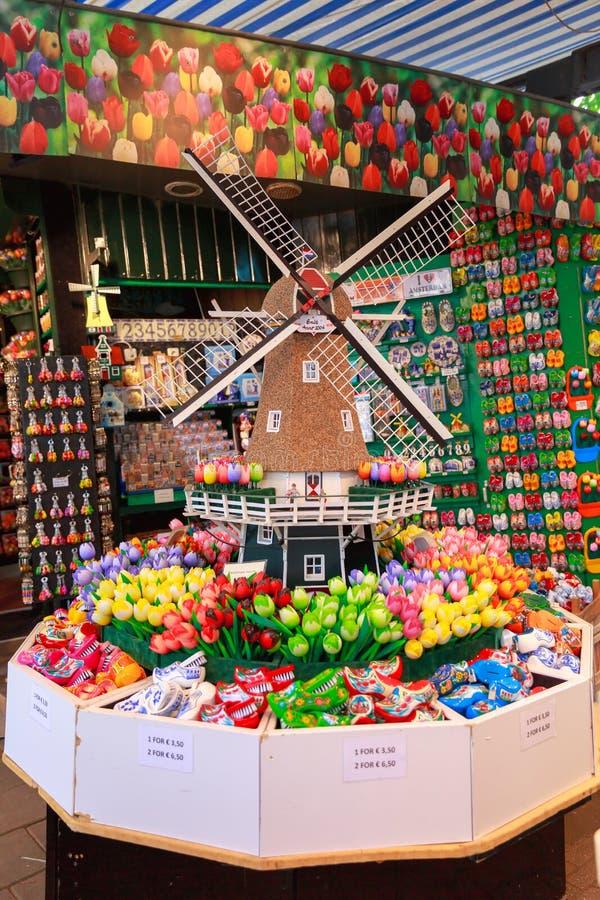 amsterdam shoppar souvenir arkivfoton