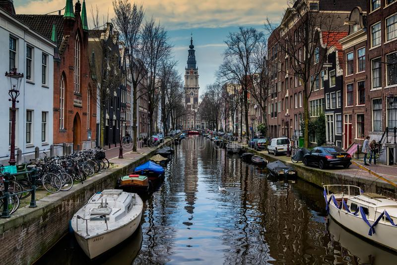 AMSTERDAM SOM ÄR NEDERLÄNDSK - APRIL 10, 2018: Amsterdam cityscape med Zuiderkerk kyrklig södra kyrkasikt från den Groenburgwal c royaltyfria bilder