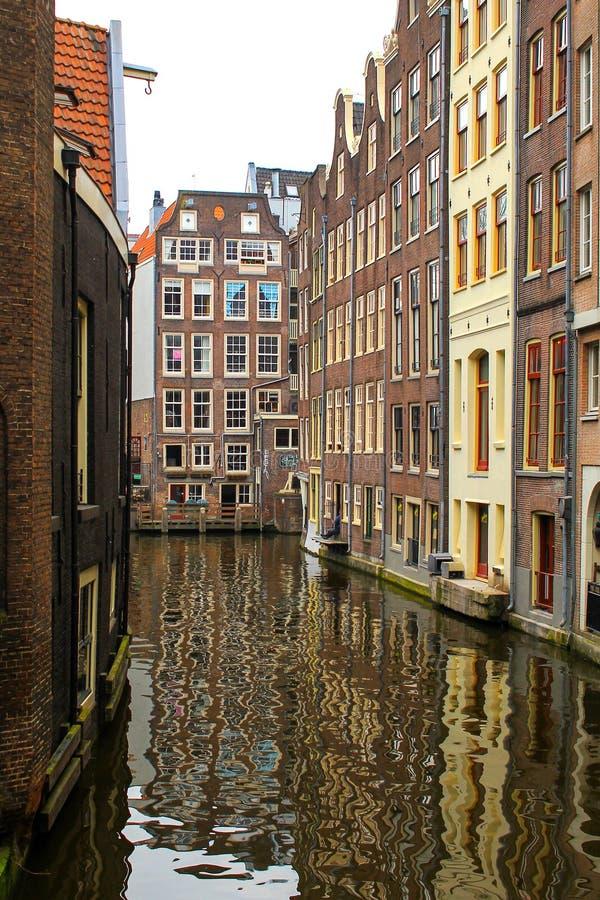 AMSTERDAM SOM ÄR NEDERLÄNDSK - APRIL 22 2018: Rijksmuseum nationellt museum med mig Amsterdam tecken och tulpan i reflektera royaltyfria foton