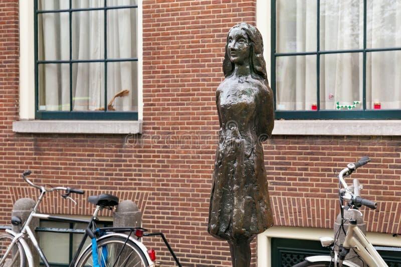 AMSTERDAM SOM ÄR NEDERLÄNDSK - JUNI 25, 2017: Anne Frank staty på den Westerkerk plazaen nära Anne Frank House arkivfoton