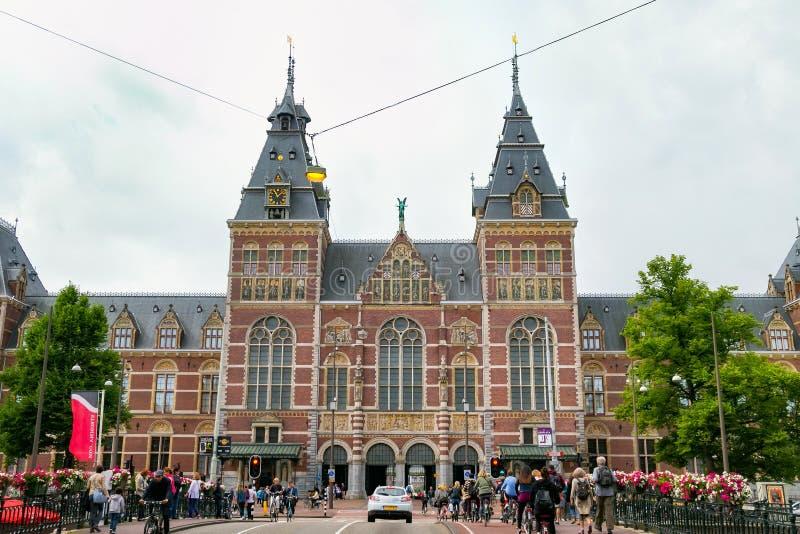 AMSTERDAM SOM ÄR NEDERLÄNDSK - JUNI 25, 2017: Sikt av Rijksmuseum det holländska nationella museet av konster och historia i Amst royaltyfria foton