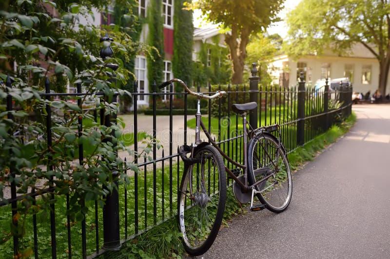 AMSTERDAM SOM ÄR NEDERLÄNDSK - SEPTEMBER 17, 2018: Cykel på gatan av Amsterdam royaltyfri fotografi