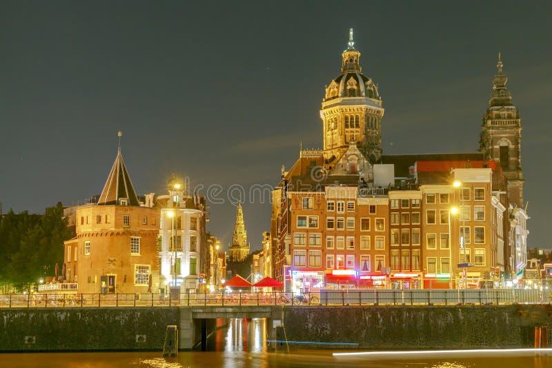 Amsterdam St Nicholas kerk bij nacht stock afbeelding