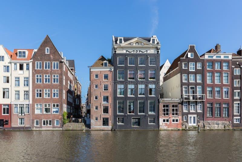 Amsterdam stad med historiska hus längs kanaler royaltyfria bilder