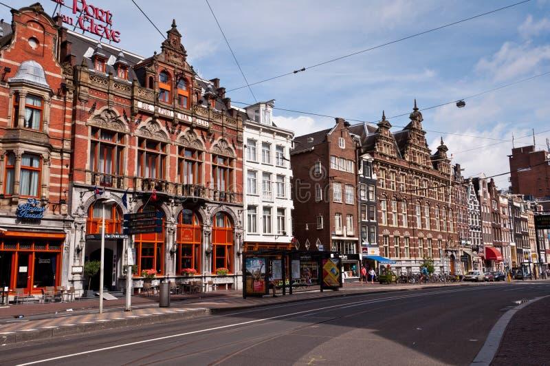 Amsterdam stads- sikt med gator och typiska holländska hus arkivbild