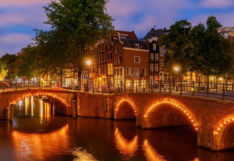 amsterdam Stadt-Kanal an der Dämmerung stockbild