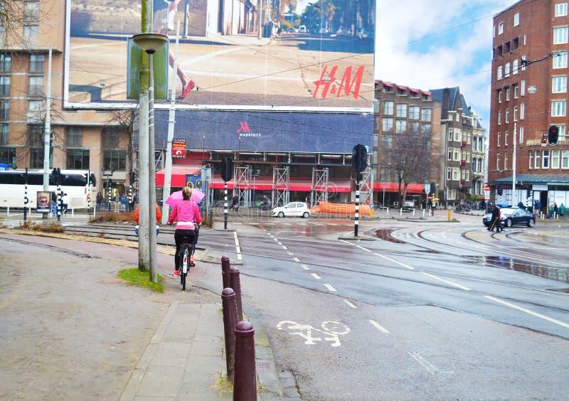 Amsterdam-Stadtphotographie ein Tag des regnerischen Winters - H&M-Zeichenanzeige stockbild