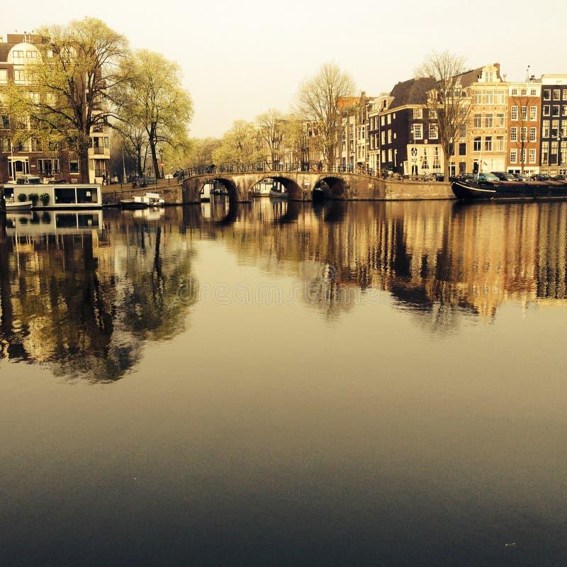 Amsterdam/THE荷兰:阿姆斯特尔河运河的一个典型的看法有老豪宅的在阿姆斯特丹的中心,N 免版税库存图片