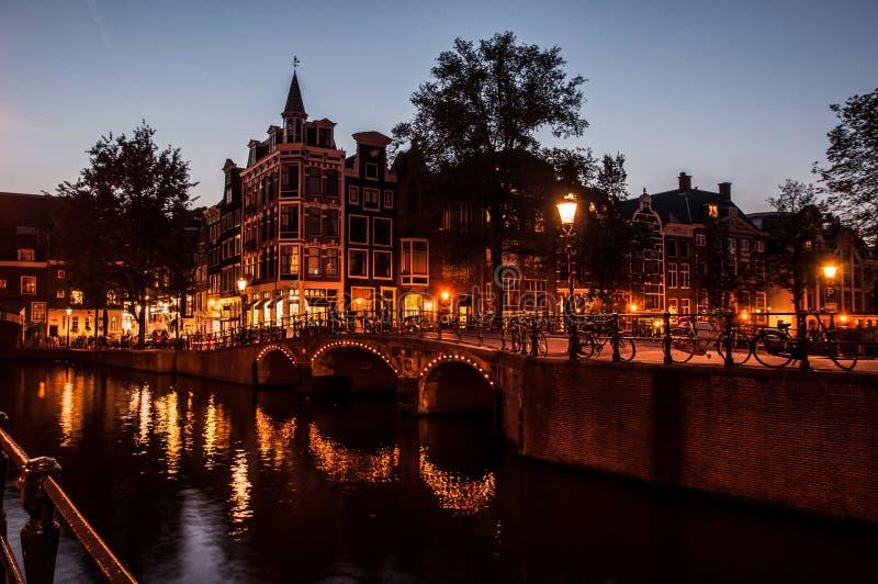 Amsterdam vid natt royaltyfri bild