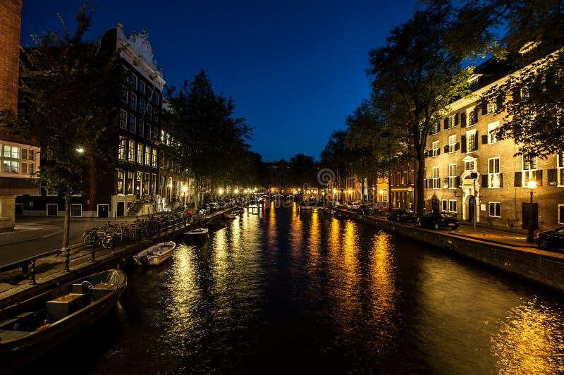 Amsterdam vid natt royaltyfria bilder