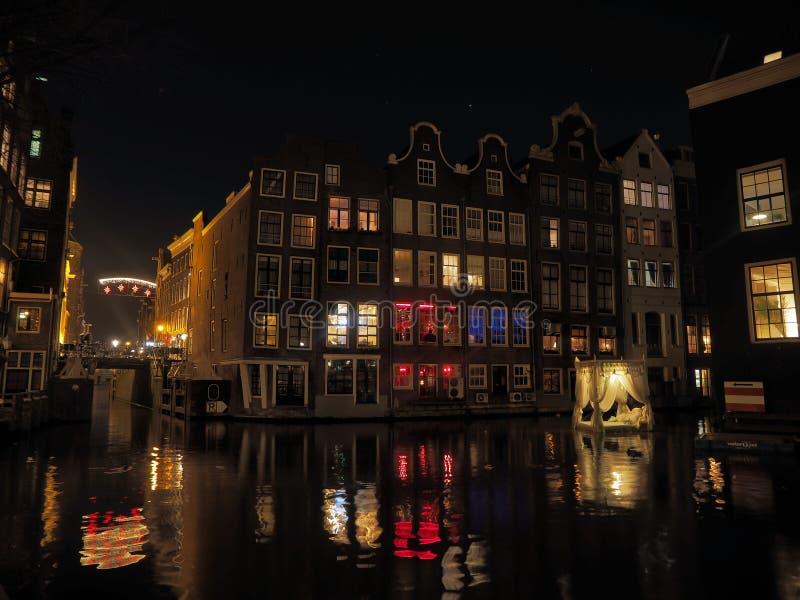 Amsterdam vieja por noche imagen de archivo