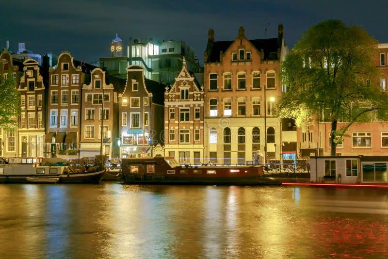 amsterdam Vista di notte delle case lungo il canale immagini stock