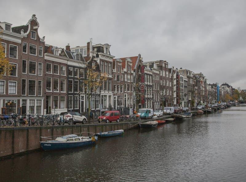 Amsterdam w jesieni, tradycyjni budynki wzdłuż kanału obraz royalty free