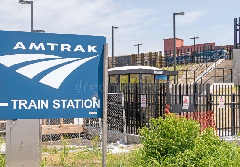 Amtrak-Bahnstationszeichen und -treppe zu den Zügen stockbild