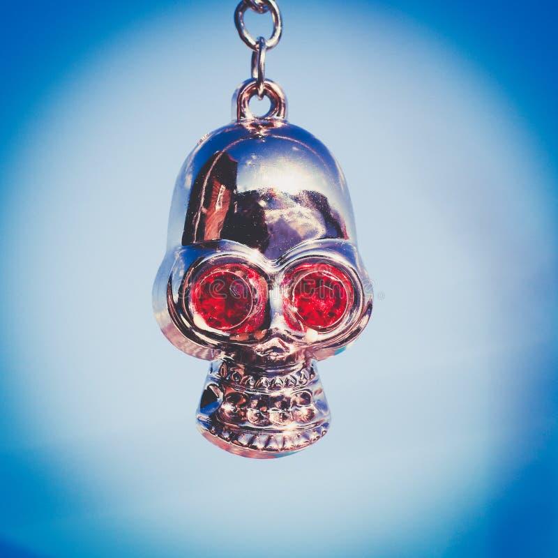 Amuleto do metal sob a forma de um crânio imagem de stock