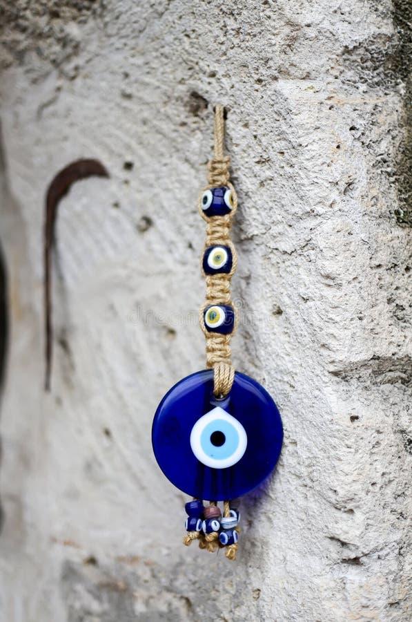 Amuleto el ojo turco azul del evel en la pared imagen de archivo