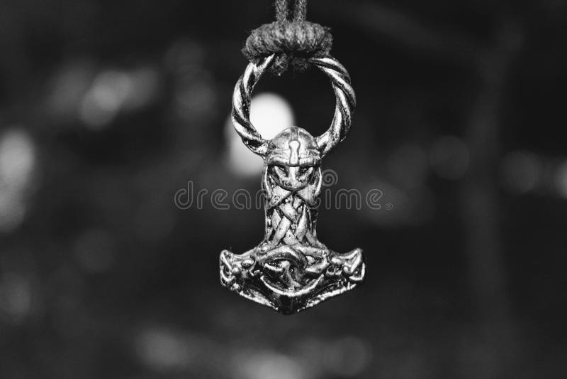 Amuleto escandinavo sob a forma do martelo do ` s do Thor foto de stock royalty free