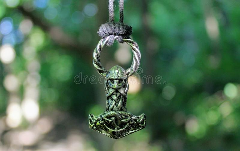 Amuleto escandinavo sob a forma do martelo do ` s do Thor foto de stock