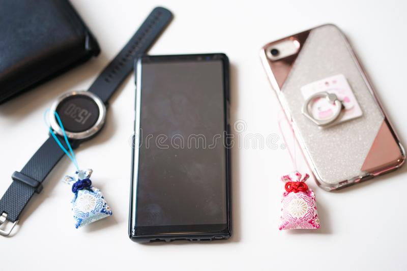 Amuleto giapponese o incanti fortunati Un incanto giapponese degli amuleti delle coppie immagini stock libere da diritti