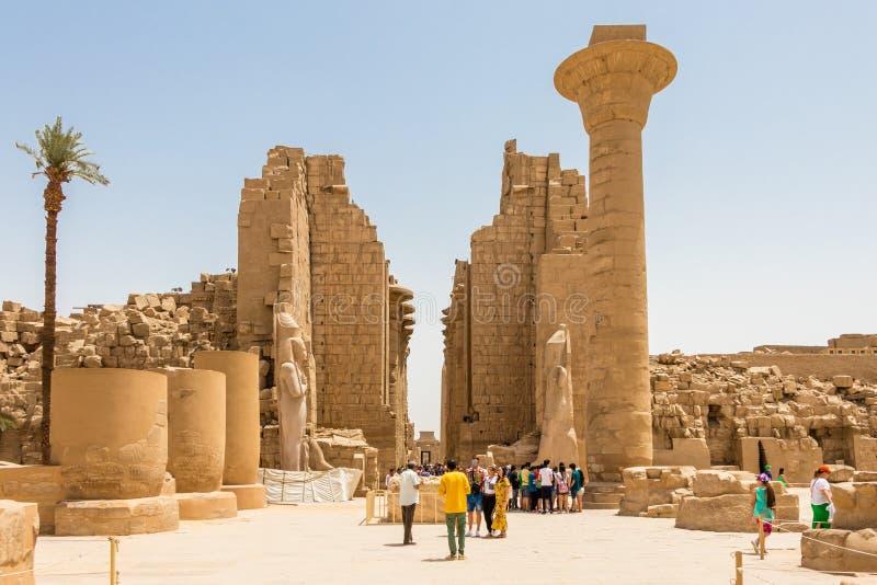 Amun Świątynny kompleks w Luxor główne wejście z turystami, Luxor, Egipt obrazy stock