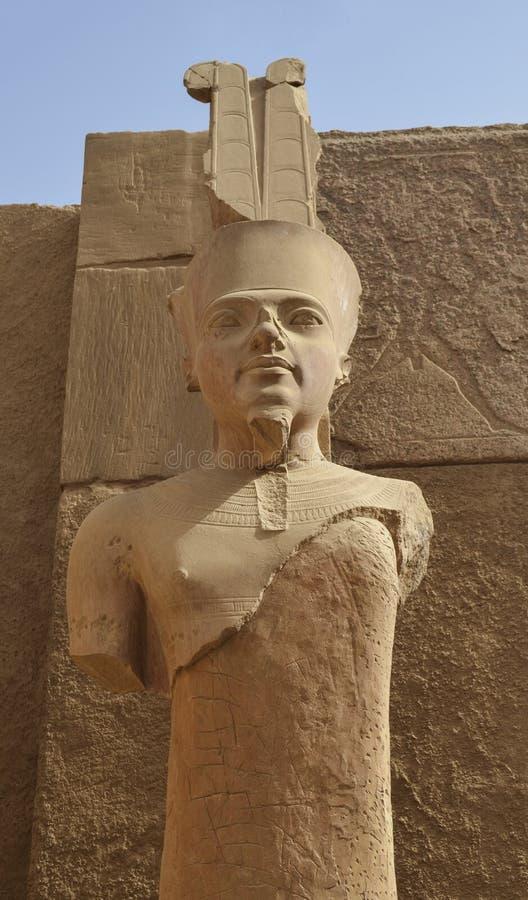 Amun aangaande Standbeeld in Luxor stock foto's
