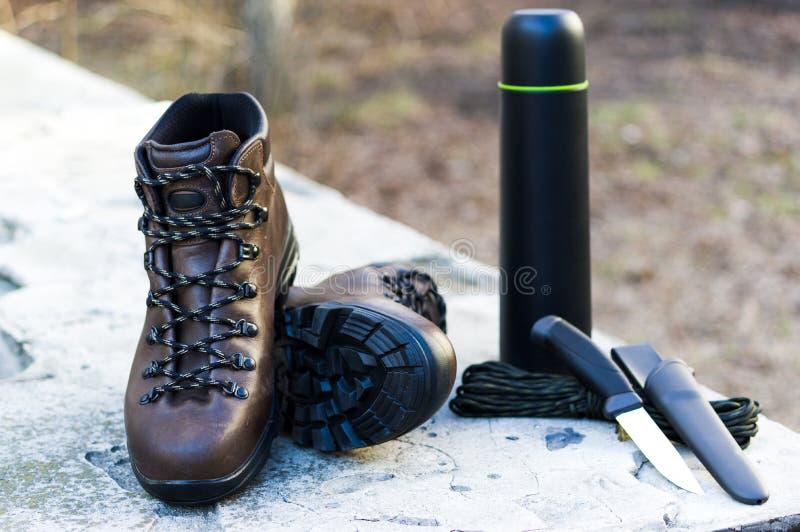 Amunicji i myśliwego rzeczy Tropić buty i nóż fotografia royalty free