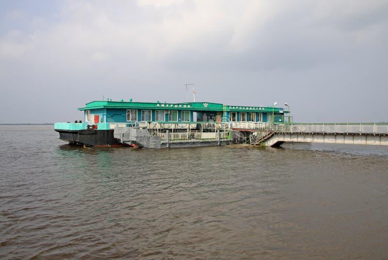 Amur River sändningsföretag som svävar byggnad i Khabarovsk royaltyfria bilder