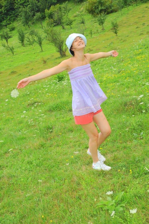 Amusement d'été - rotation heureuse de femme photographie stock libre de droits