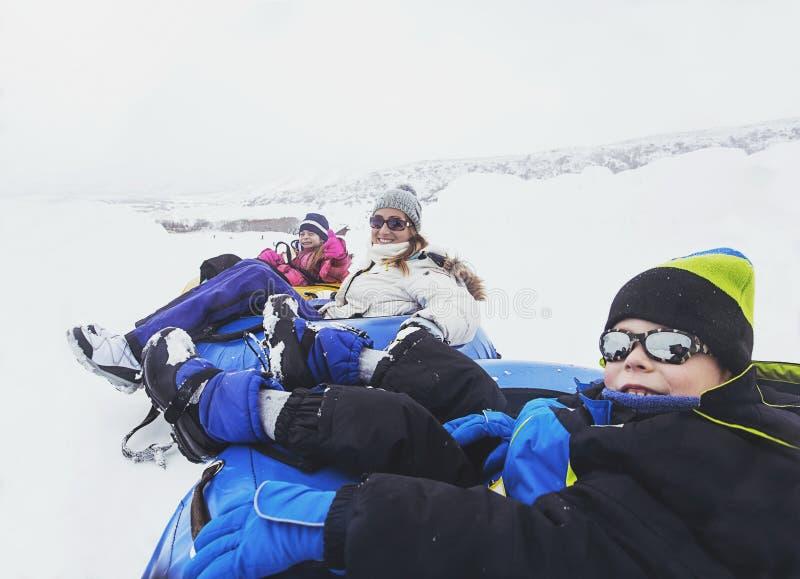 Amusement d'hiver de famille Sledding et jouer dans la neige images libres de droits