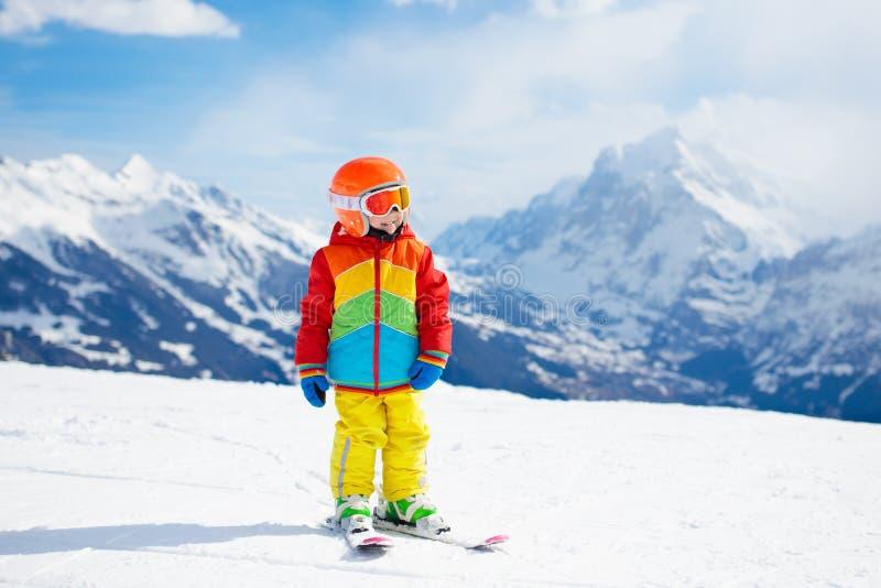Amusement d'hiver de ski et de neige pour des enfants Ski d'enfants images stock
