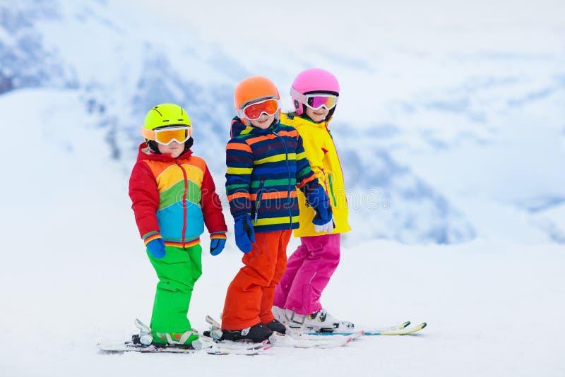Amusement d'hiver de ski et de neige pour des enfants Ski d'enfants photographie stock