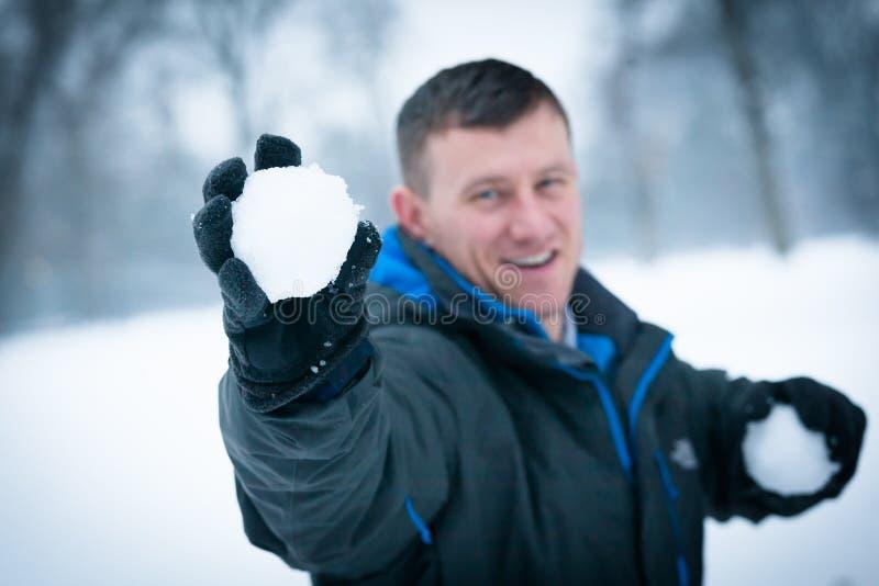 Amusement d'hiver : Homme dans le combat de Snowball photographie stock libre de droits