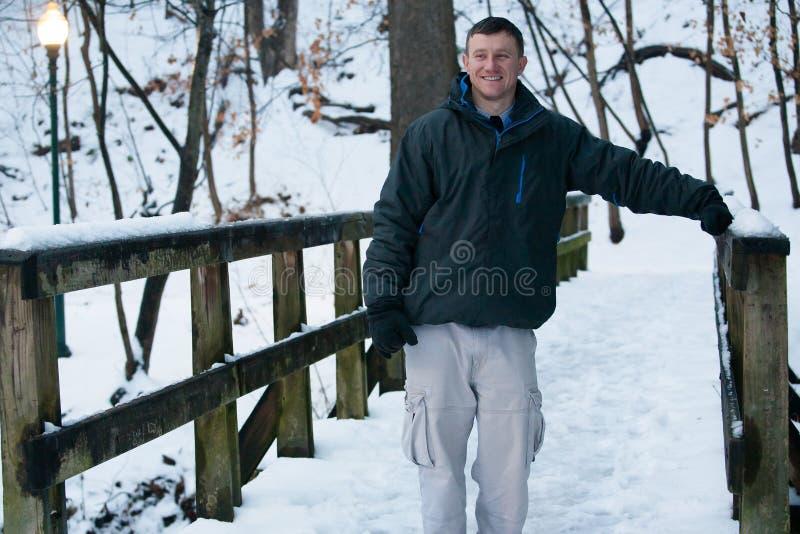 Amusement d'hiver : Une promenade dans la neige photo stock