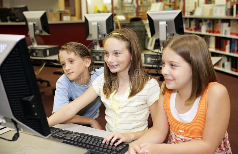 Amusement d'ordinateur à l'école image stock