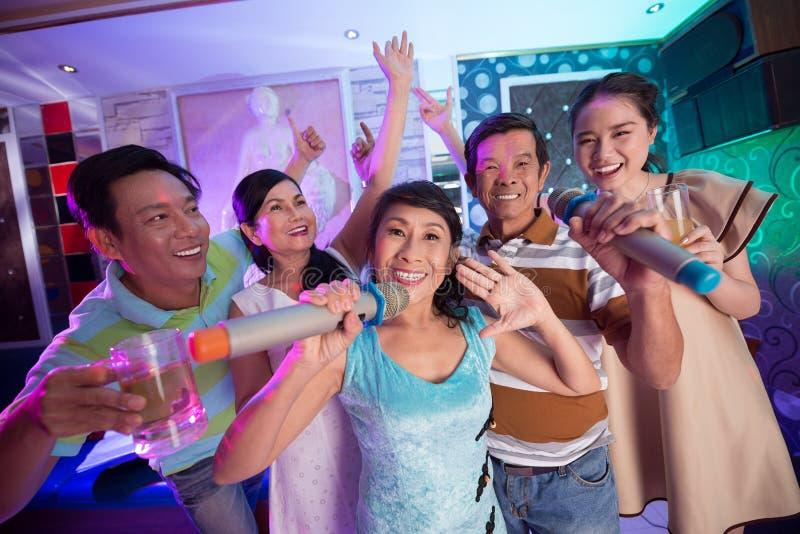Amusement dans le karaoke images stock