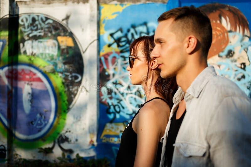 Amusement de baiser de bonheur de couples Jeunes couples interraciaux image stock