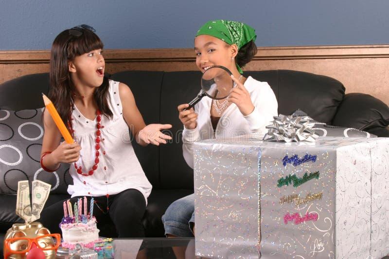 Amusement de fête d'anniversaire de jeunes filles image libre de droits
