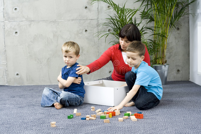 Amusement de famille avec nettoyer image libre de droits