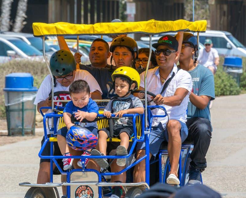 Amusement de famille de bicyclette sur une promenade de plage photos libres de droits