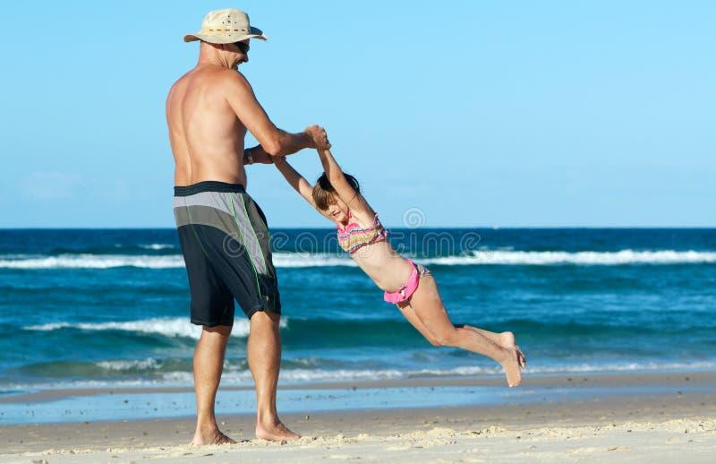 Amusement de famille de plage photos stock