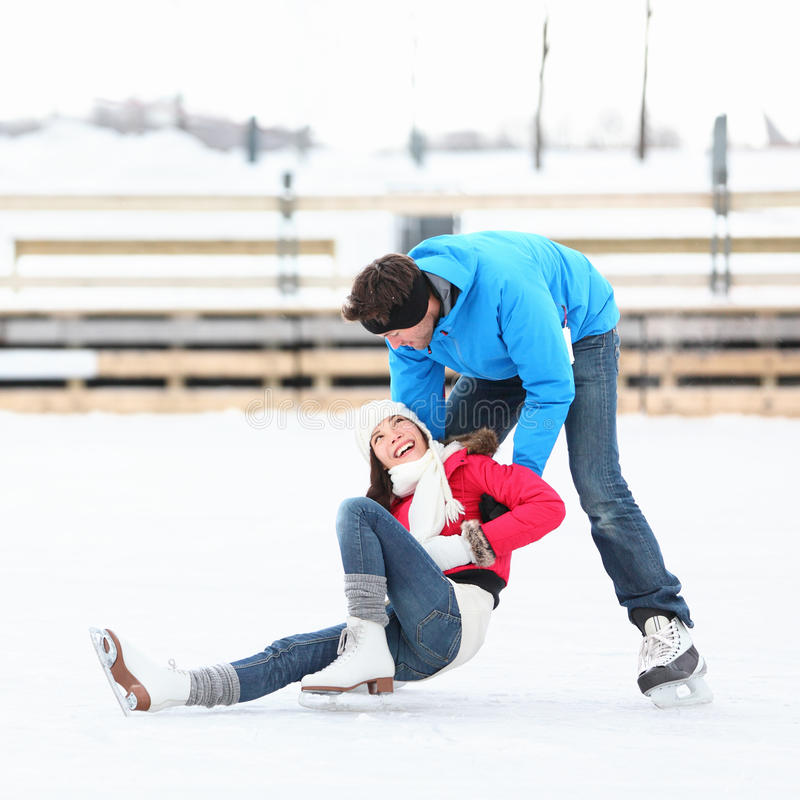 Amusement de l'hiver de couples de patinage de glace