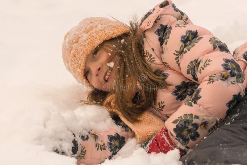 Amusement de l'hiver Jouant et appréciant la neige images stock