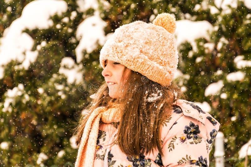 Amusement de l'hiver Jouant et appréciant la neige photographie stock