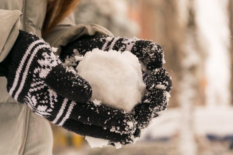 Amusement de l'hiver Neige de projection de petite fille photos stock