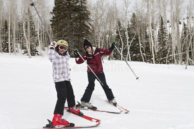 Amusement de l'hiver sur les pentes de ski images libres de droits